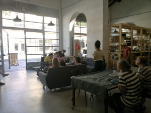 fot. 4: Przestrzeń zaadoptowana na warsztaty dla osób z niepełnosprawnością – działania typu warsztatu terapii zajęciowej (drobne prace produkcyjno-metalowe, zajęcia teatralnofotograficzne, rysunkowe itp.)