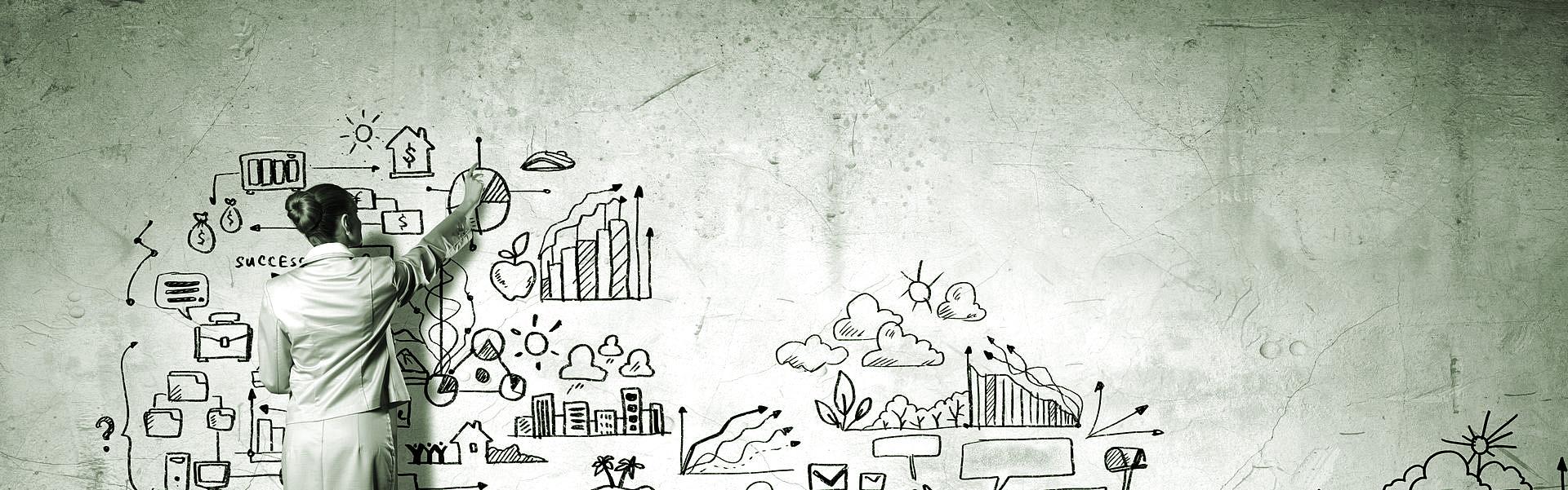 Grafika przedstawiająca kobietę szkicującą wykresy na szarej ścianie.