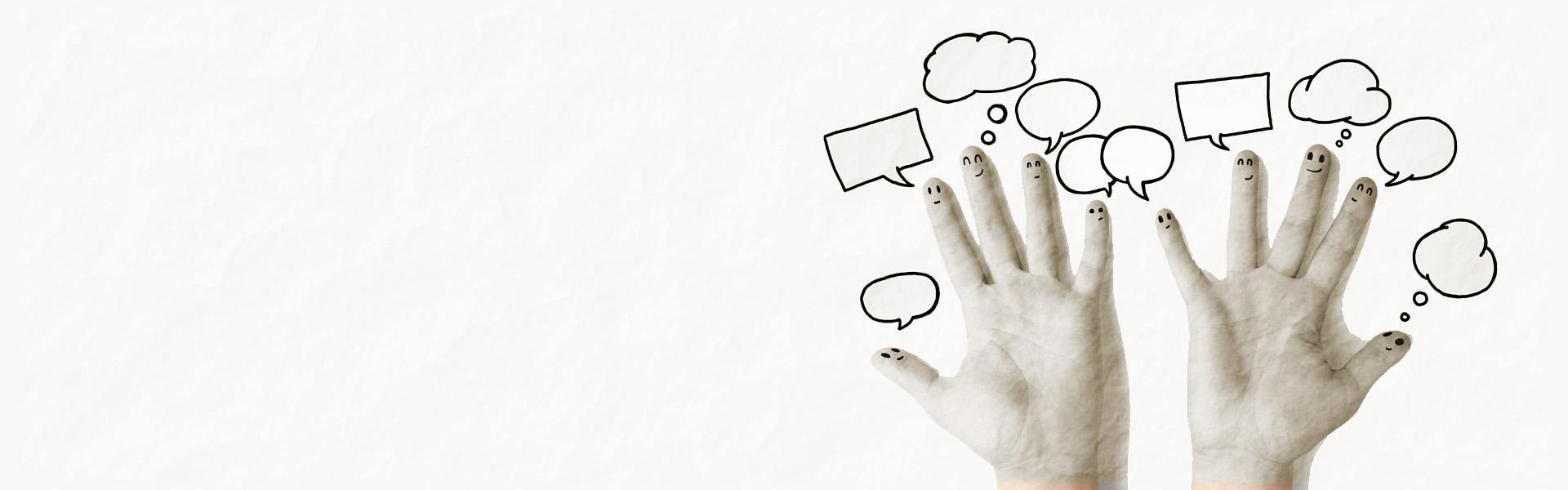 Grafika przedstawiająca obie ręce od strony zewnętrznej, na każdym z palców znajduje się uśmiechnięta buźka a nad nią pusta chmurka tekstowa na biało-szarym tle.