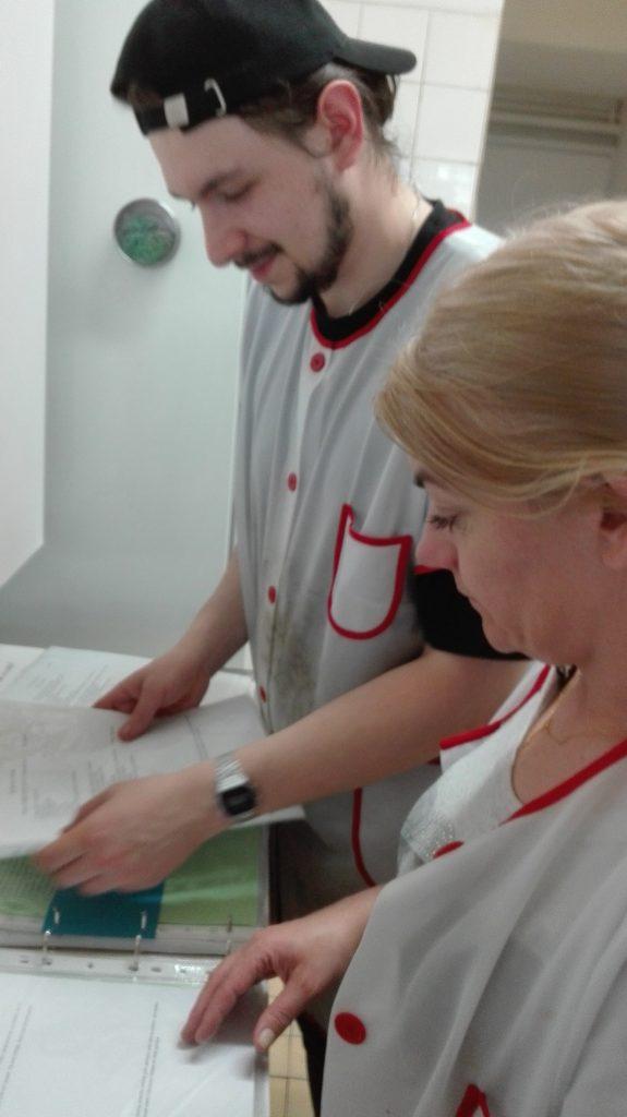 Zdjęcie dwóch uczestników szkolenia zawodowego na kucharza