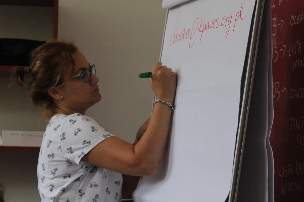 Zdjęcie kobiety piszącej na planszy
