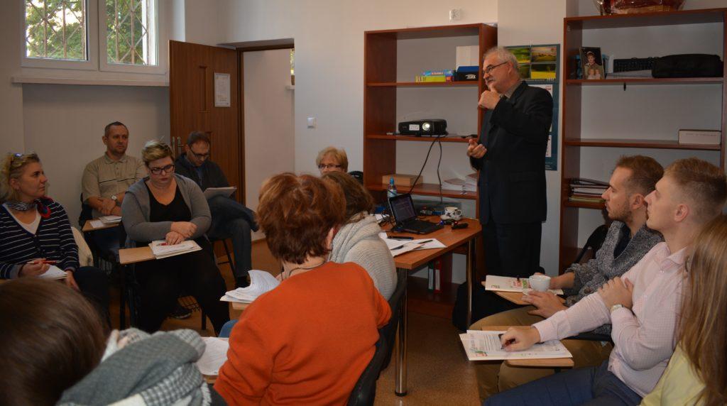 Zdjęcie uczestników Szkolenia Ochrony Danych Osobowych słuchający prowadzącego prezentację
