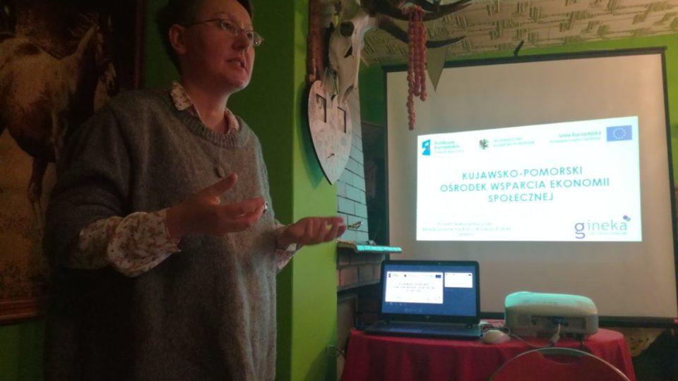 Zdjęcie prowadzącej prezentacje na temat Gospodarstw Opiekuńczych