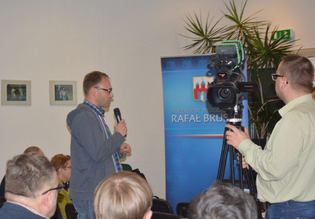 Zdjęcie jednej z osób mówiących na debacie w ramach aktualizacji Strategii Rozwoju Miasta Bydgoszcz - zdjęcie numer 7