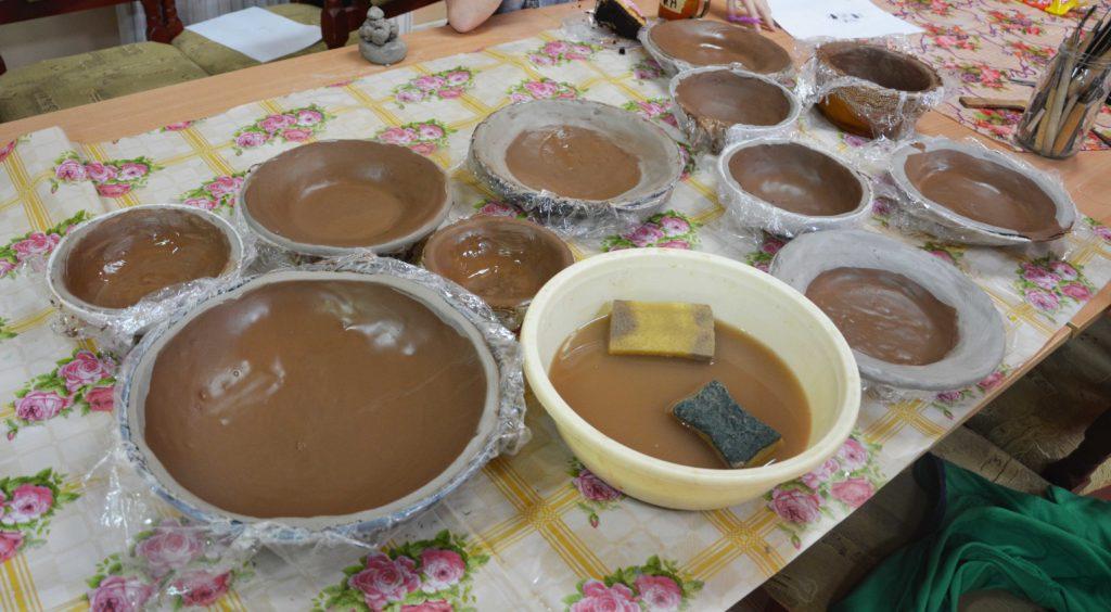 Zdjęcie glinianych miseczek wykonanych przez uczniów
