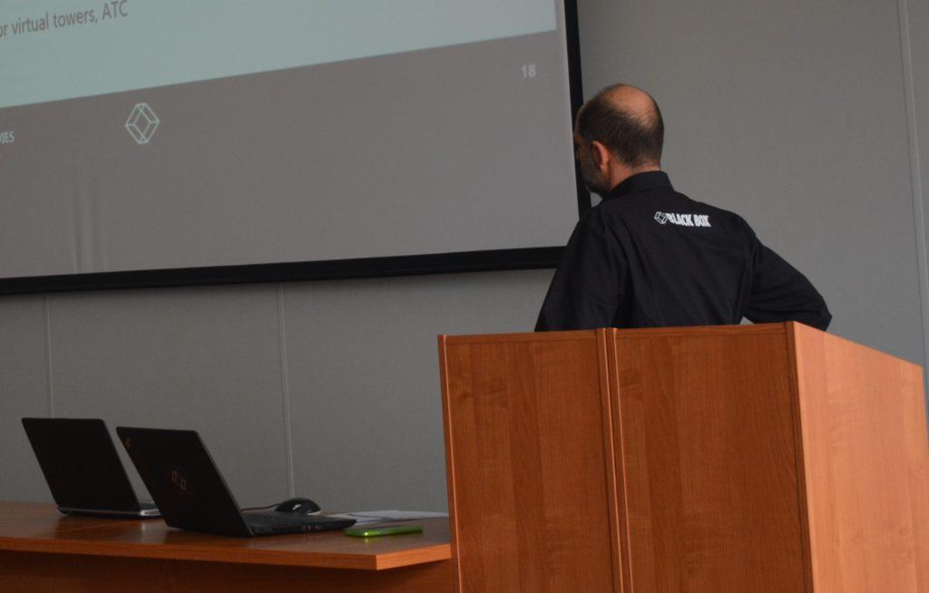 Zdjęcie laptopów oraz fragmentu obrazu z rzutnika