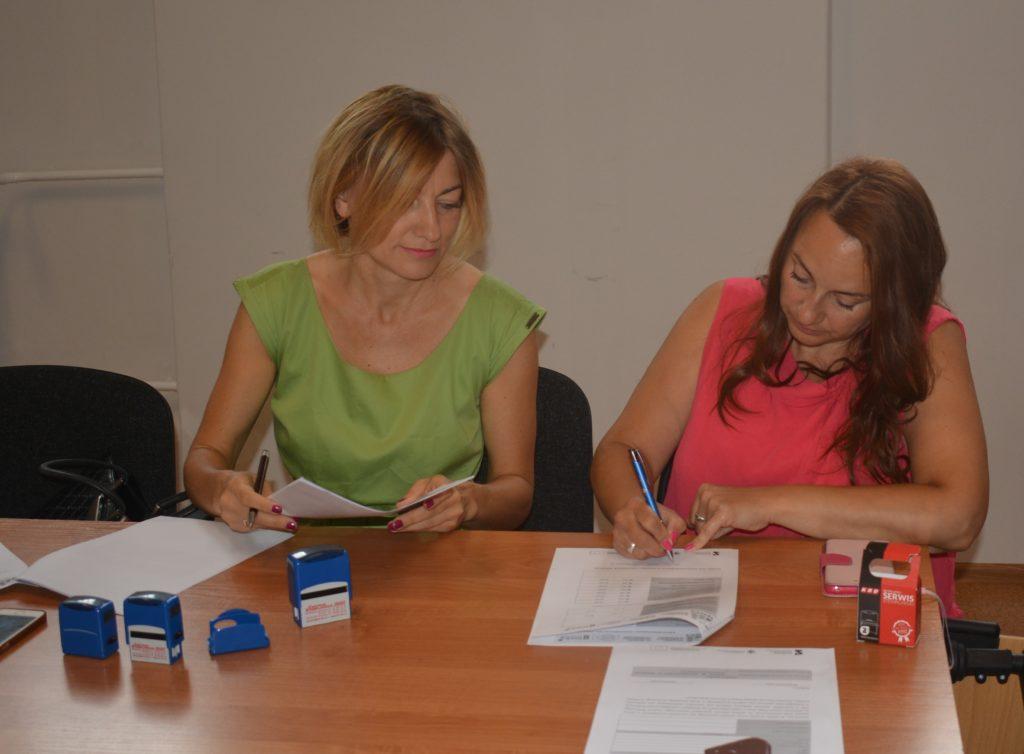 Dwie członkinie KPOWES wypełniają dokumenty - zdjęcie numer 2