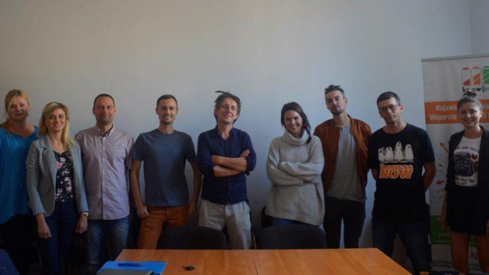 Zdjęcie uśmiechniętej grupy ludzi w jednym rzędzie