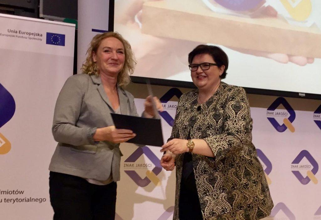 Zdjęcie Pani Iwony Borkowskiej otrzymująca Nominacje na członka Krajowego Komitetu Rozwoju Ekonomii Społecznej drugiej kadencji - zdjęcie numer 2