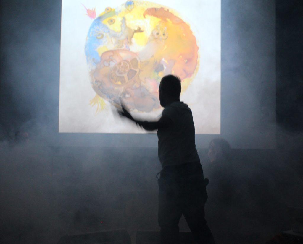 Zdjęcie osoby pokazującej rysunek na slajdzie