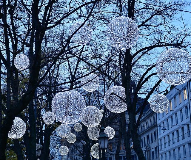 Zdjęcie białych lampionów na drzewach