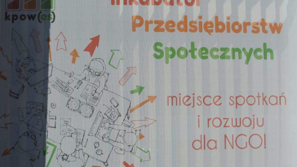 """Plakat o treści """"Inkubator przedsiębiorstw społecznych - miejsce spotkań i rozwoju dla ngo!"""""""
