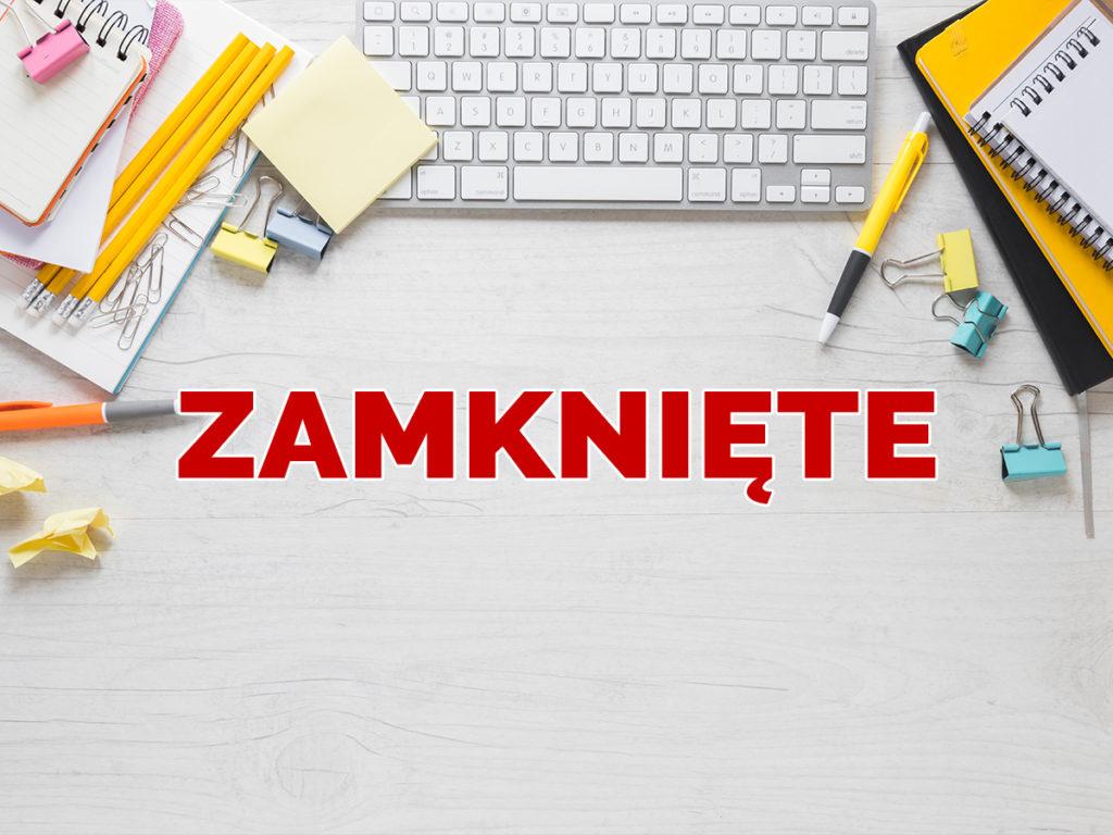 Grafika przedstawiająca biurko z porozrzucanymi przyrządami biurowymi. Na grafice widnieje duży czerwony napis Zamknięte.