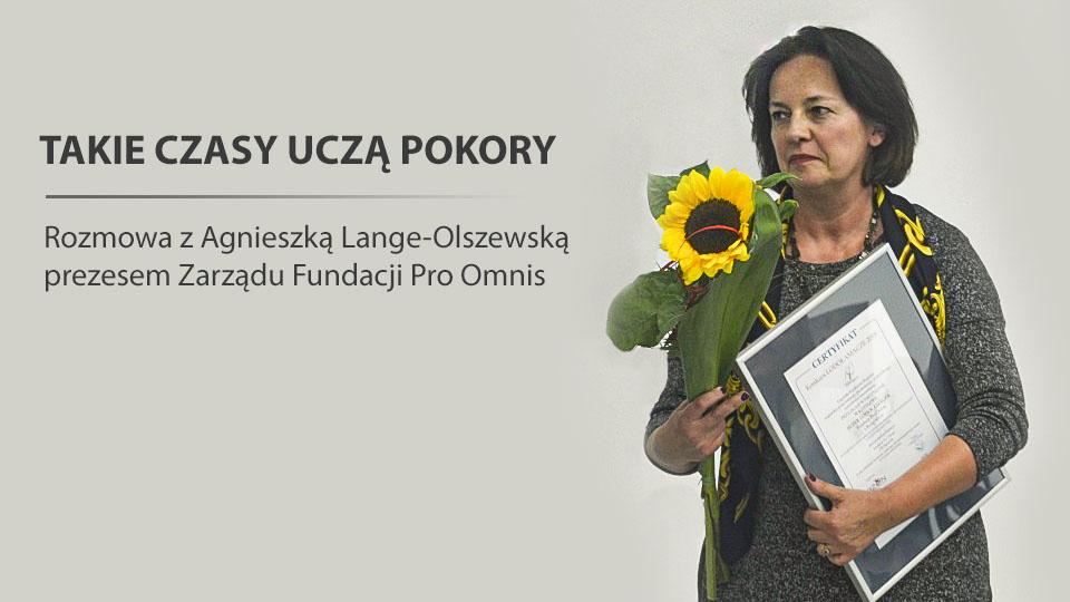 """Zdjęcie prezes zarządu fundacji Pro Omnis Agnieszki Lange-Olszewskej. Zawiera cytat """"takie czasy uczą pokory"""""""