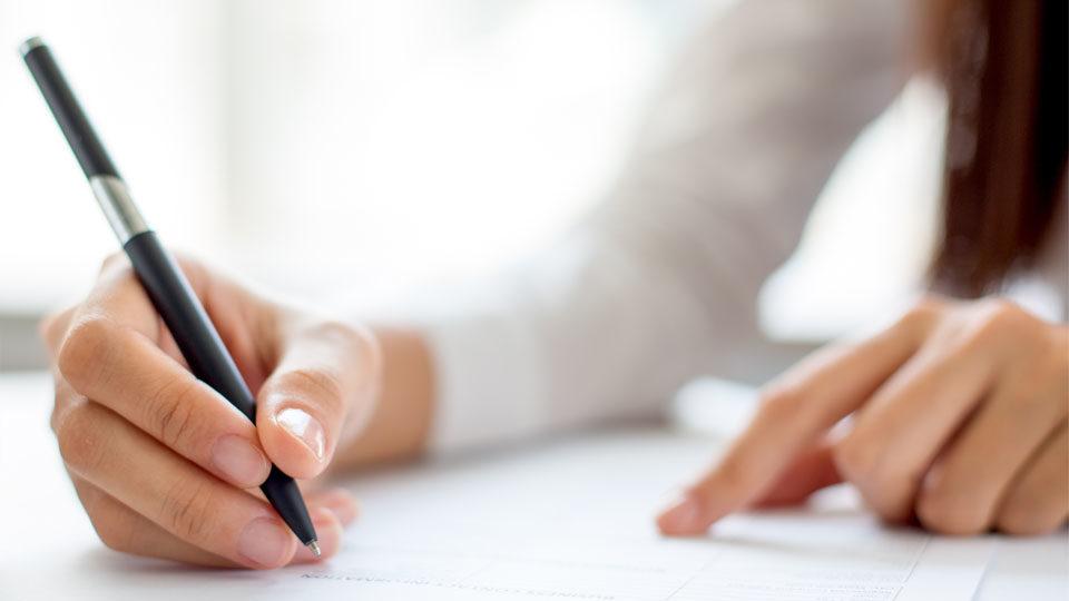 Zdjęcie kobiety podpisującej umowy