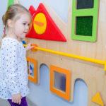Dziewczynka bawiąca się w pokoju zabaw