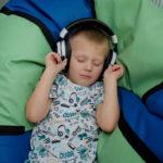 Zdjęcie małego dziecka ze słuchawkami