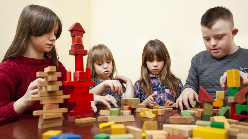 Zdjęcie dzieci które układają klocki