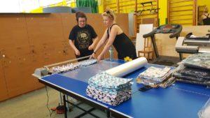 Zdjęcie dwóch kobiet składające komplety pościeli