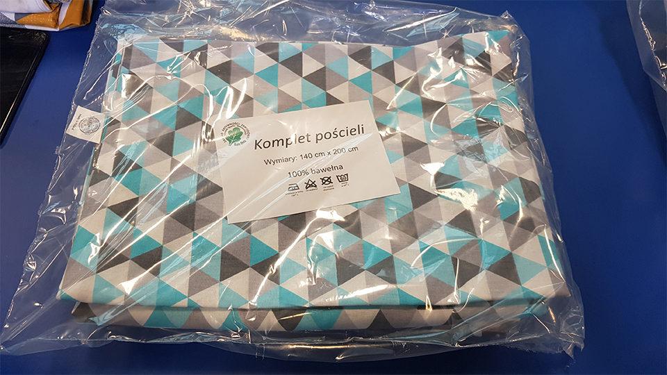 Zdjęcie przedstawia komplet pościeli bawełnianych o wymiarach 140 na 200 cm w plastikowym opakowaniu