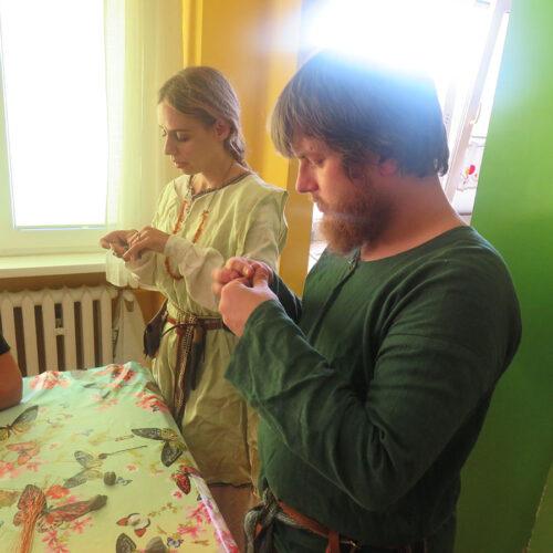 Lekcja historii średniowiecznej - lepienie z gliny