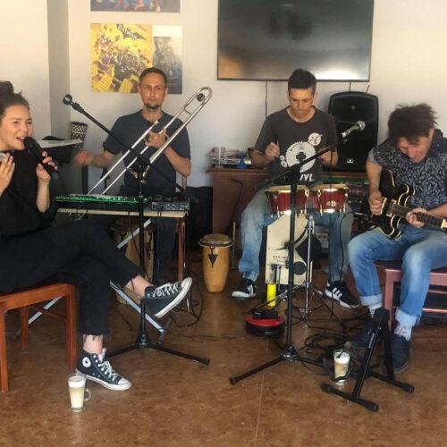 Warsztaty muzyczne - muzycy grają na instrumentach