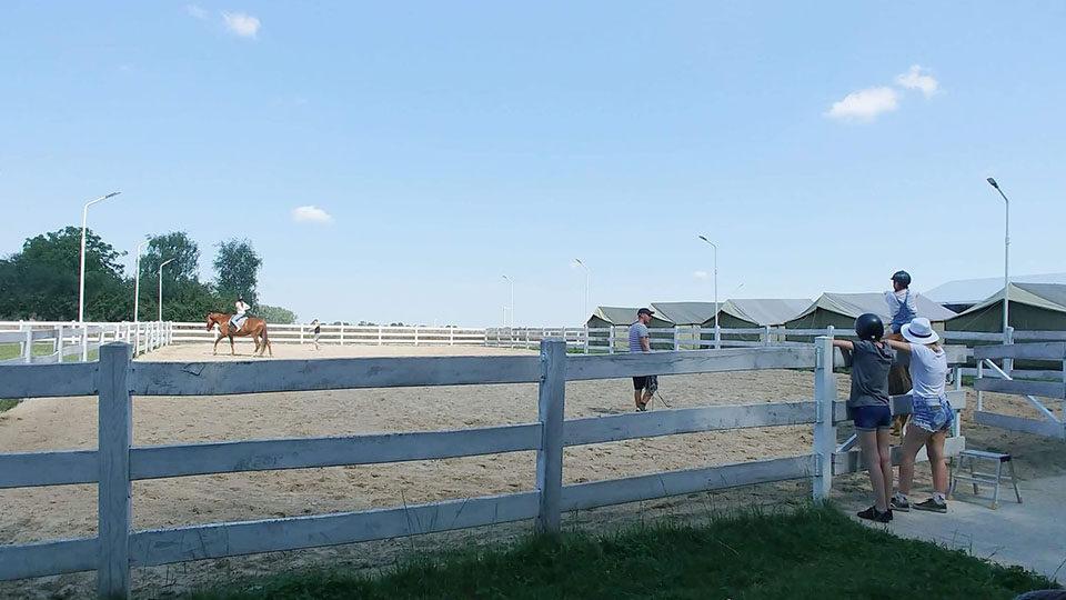 Pobyt dzieci w Przyjezierzu - nauka jazdy na koniu