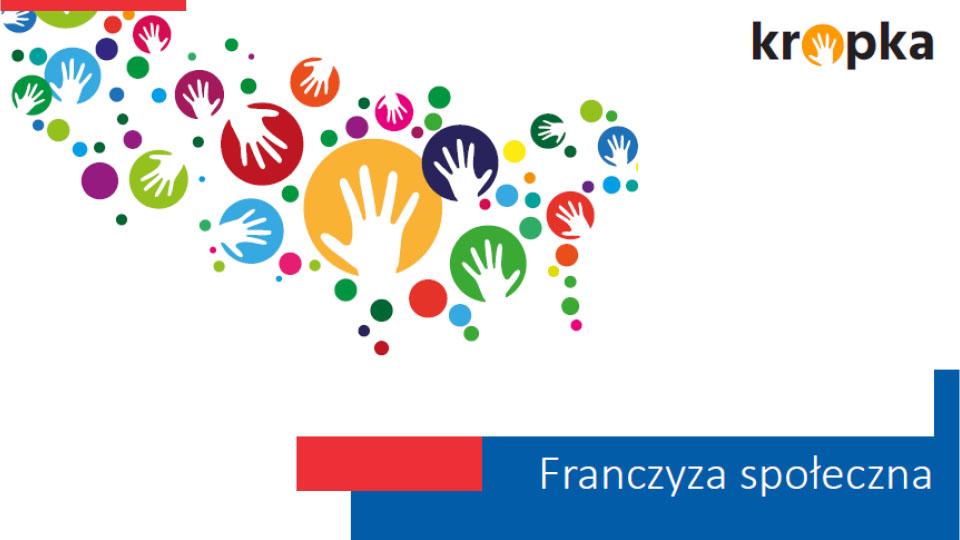 """Grafika przedstawiająca kolorowe kółka różnych rozmiarów z białymi wyrysami dłoni na większych kołach. Do zdjęcia dołączone jest logo firmy KROPKA oraz tekst na dole obrazka z treścią """"Franczyza społeczna"""""""