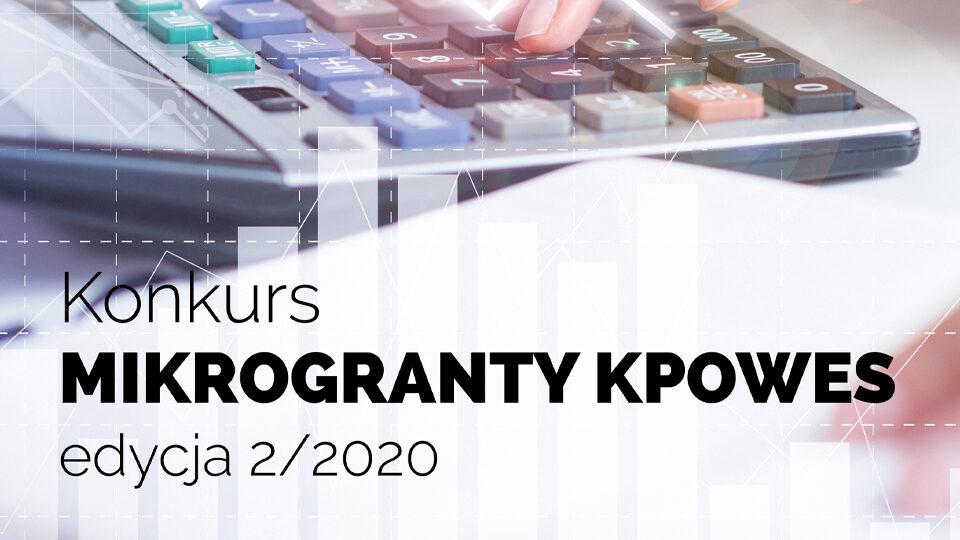 """Grafika przedstawiająca w tle wpisywanie na kalkulatorze. Na grafice znajduje się napis """"Konkurs Mikrogranty KPOWES edycja 2/2020"""""""