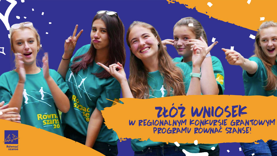 Grafika przedstawiające ucieszone nastolatki. Kolorystyka tła jest pomarańczowo-niebieska. W lewym dolnym rogu znajduje się logotyp z napisem Równać szanse. Na przodzie obrazka widnieje napis Złóż wniosek w Regionalnym Konkursie Grantowym Programu Równać Szanse!