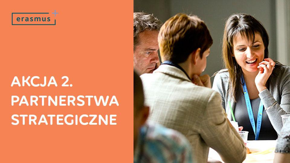 Tytuł Akcja 2. Partnerstwa strategiczne na tle uśmiechniętych ludzi podczas rozmowy