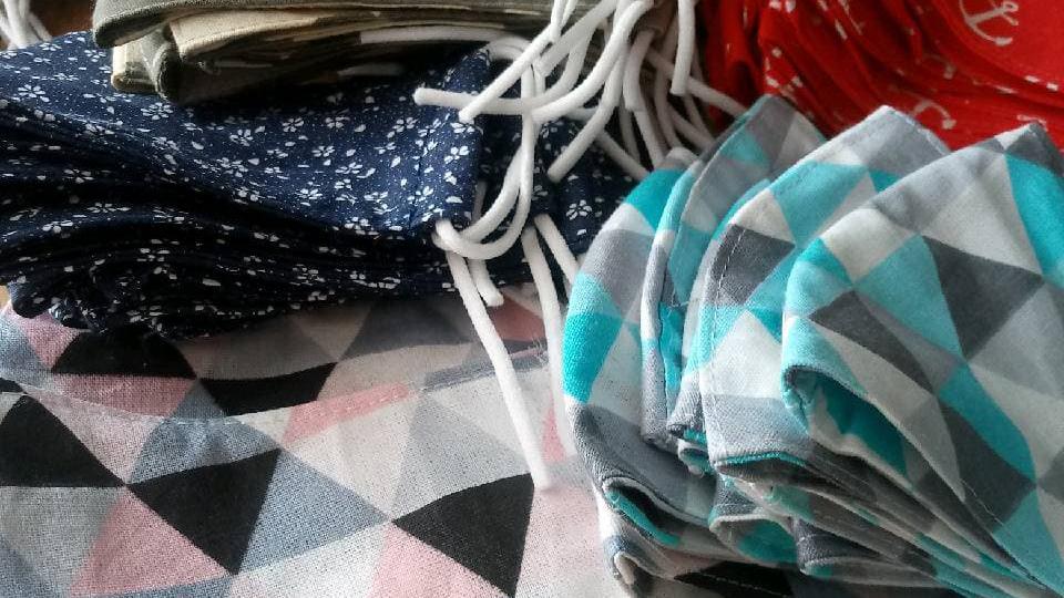 Zdjęcie przedstawia uszyte maseczki bawełniane.
