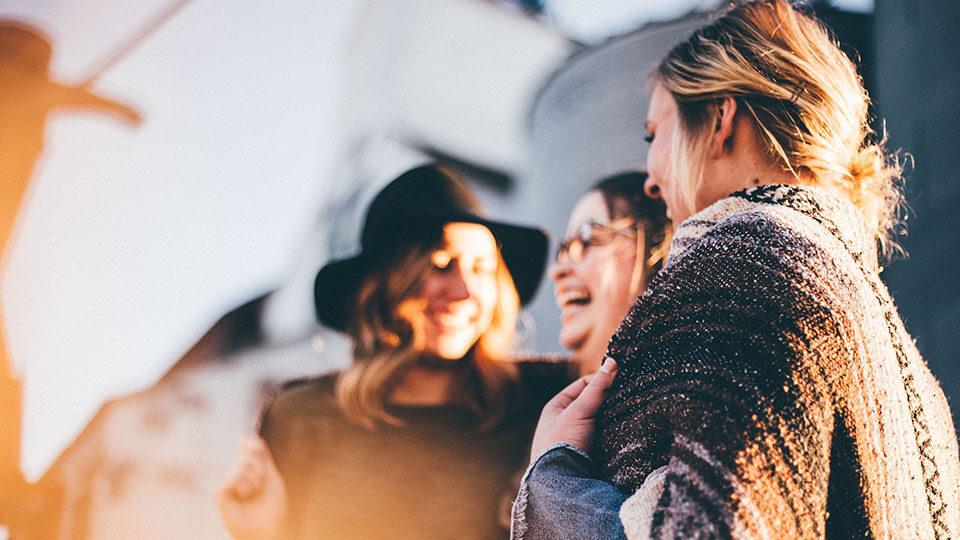 Zdjęcie przedstawia śmiejące się kobiety.