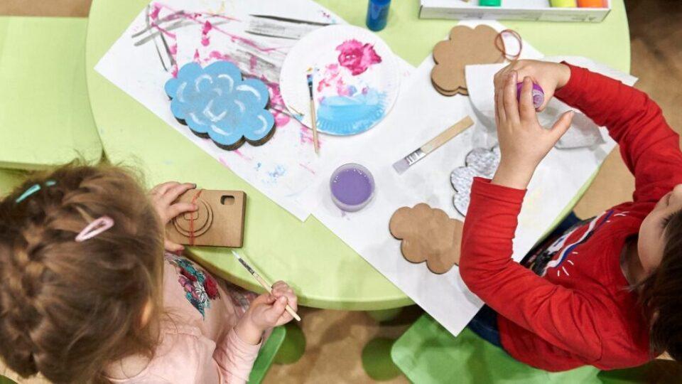 dzieci bawiące się farbkami
