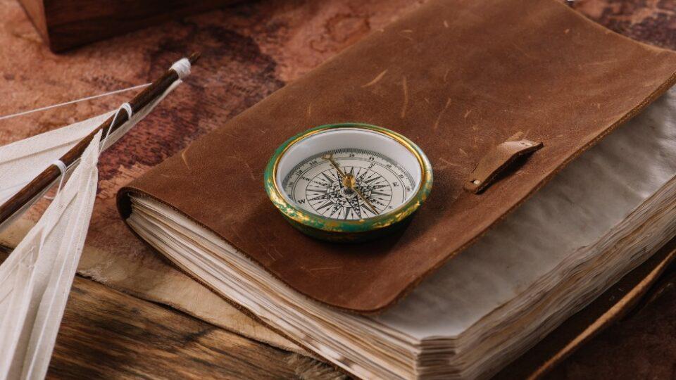 stara książka jak zeszyt pokładowy busola