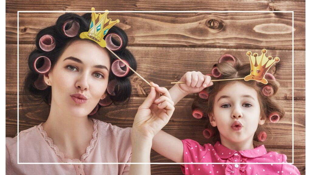 mama i córa w wałkach na głowie i papierową koroną, robią dziubki z ust