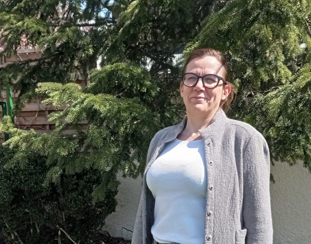 Wioletta Szplit na tle drzew