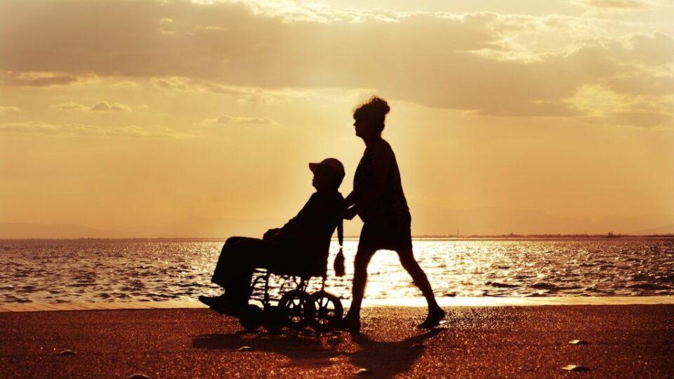 osoba na wózku inwalidzkim na tle morza