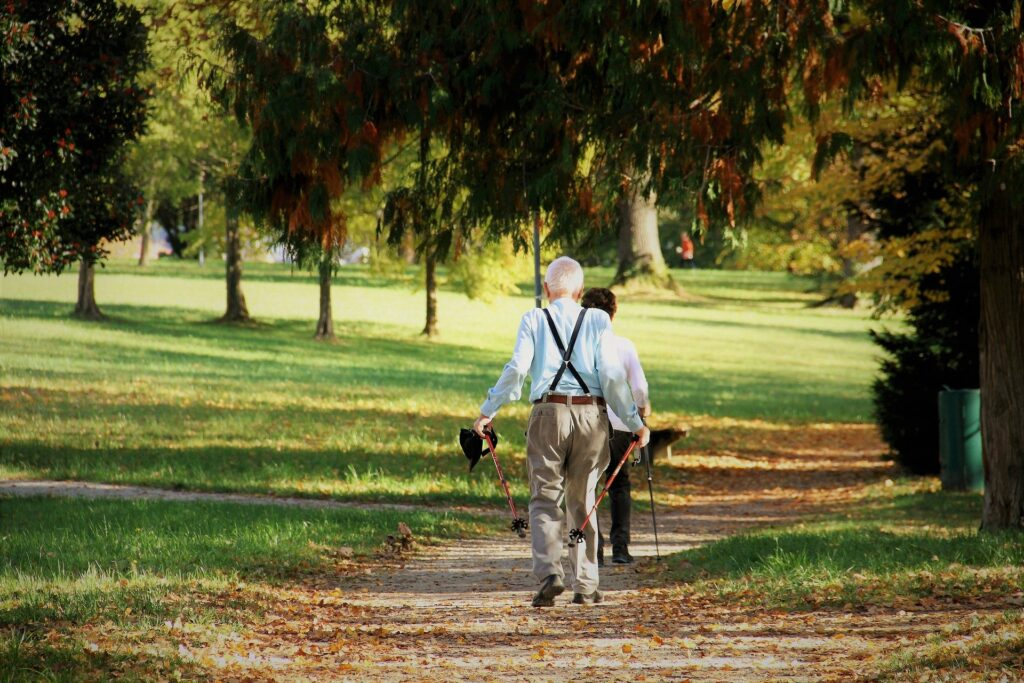 starsze osoby na spacerze nordic walking