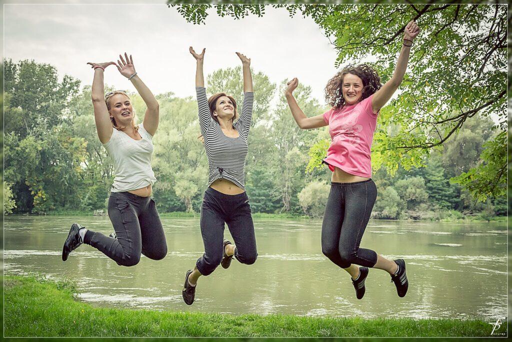skaczące kobiety w parku