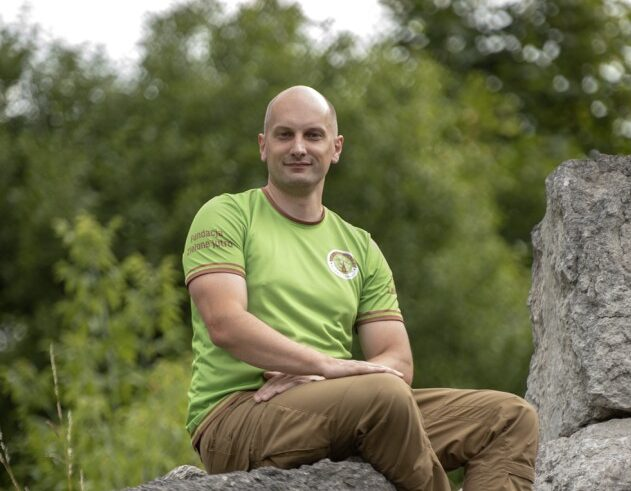 mężczyzna siedzi na kamieniu