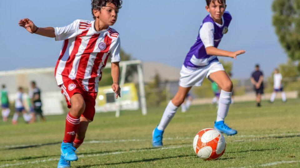 chłopcy grający w piłkę