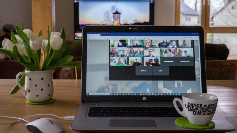 laptop z okienkami z ludźmi